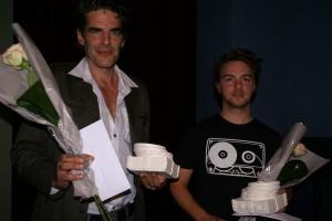 """Bart Dirix (regisseur """"Brood"""") en Ernst Löw (hoofdrolspeler """"Het verhaal van de drol"""") met de Fast Forward Award 2009, ontworpen door Marijke Minneboo-Verburg, studente aan de Academie van Sint-Niklaas"""